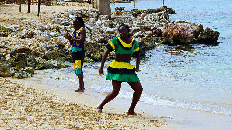 dancers at beach at Ocho Rios Beach, Jamaïque. damon on road